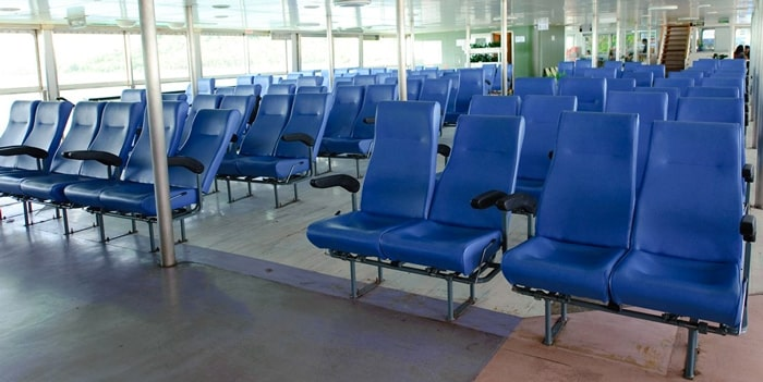 Przestronne siedzenia wewnątrz na promie Raja Ferry płynącym na Koh Samui