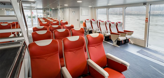 Tempat duduk dalam kapal Twin City Liner